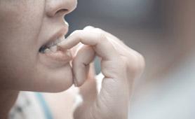 Tem o hábito de roer as unhas, morder canetas ou comer muitas pastilhas?
